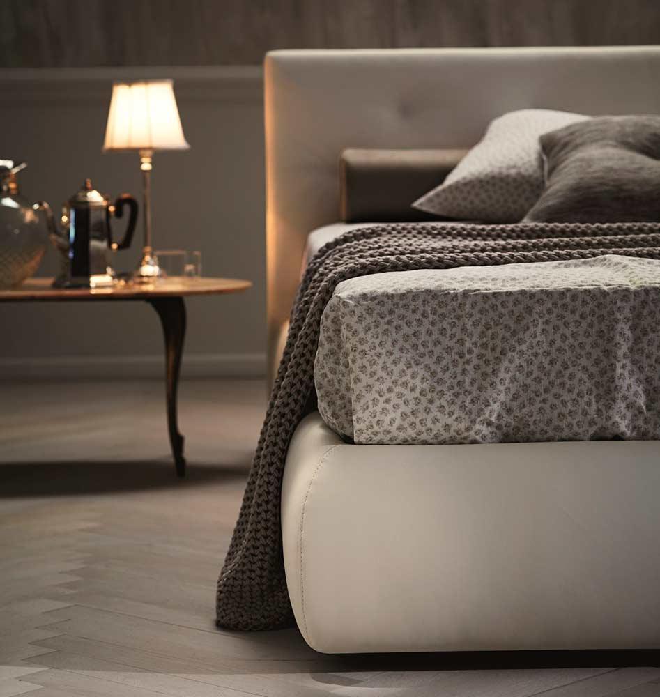 Modern White Leatherette Bed NJ084